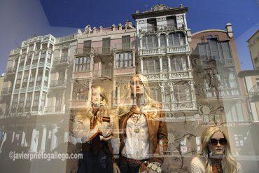 Fachadas de edificios modernistas que se reflejan en un escaparate de la plaza de Sagasta. Zamora. Castilla y León. España © Javier Prieto Gallego