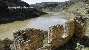 Restos de infraestructuras mineras junto a las cascadas de Las Pilas. Almaraz de Duero. Zamora. Castilla y León. España. ©Javier Prieto Gallego