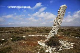 """Menhir de Canto Hito (2.500 a.C). Páramo de La Valdivia. Ruta geológica señalizada """"La Memoria del Páramo"""". Espacio Natural de Covalagua. Palencia. España."""