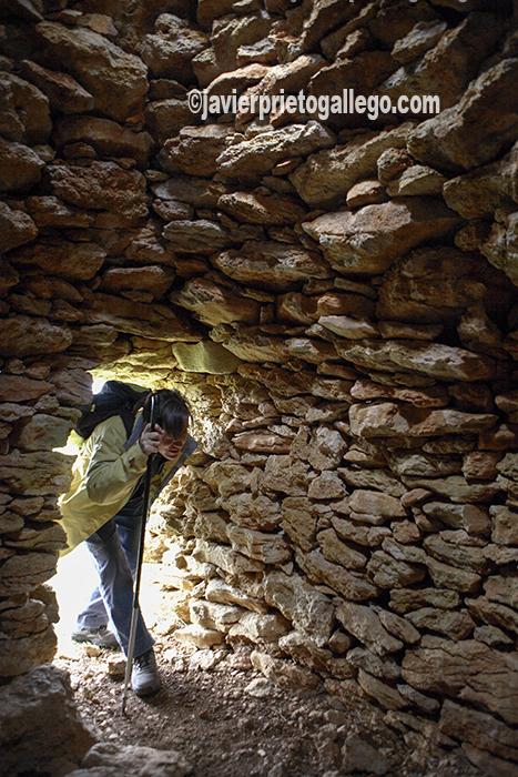 Interior de un chozo de pastor. Ruta señalizada de Los Chozos. Páramo de Orbaneja del Castillo. Burgos. Castilla y León. España. © Javier Prieto Gallego
