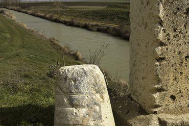 Marcas de arrastre de las barcazas en uno de los puentes que atraviesan el Canal de Castilla. Localidad de Capillas.Tierra de Campos. Palencia. Castilla y León. España.