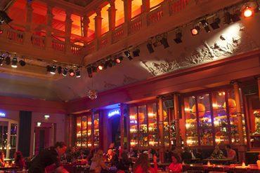 Interior del local Winkel van Sinkel, un antiguo gran almancén de 1839 reconvertido en uno de los restaurantes y una de las cafeterías con más tirón de la ciudad. [Utrecht. Holanda. © Javier Prieto Gallego]