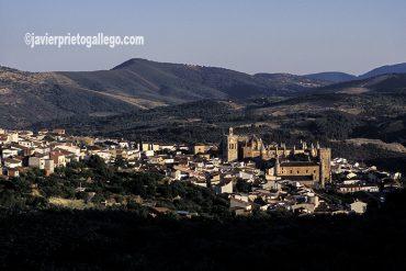 Real monasterio de Nuestra Señora de Guadalupe y Puebla de Guadalupe en el corazón de la Sierra de las Villuercas. Cáceres. Extremadura. España. © Javier Prieto Gallego