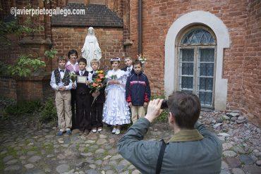 Comunión a las puertas de la iglesia de San Bernardino. Vilna (Vilnius). [Lituania. © Javier Prieto Gallego]