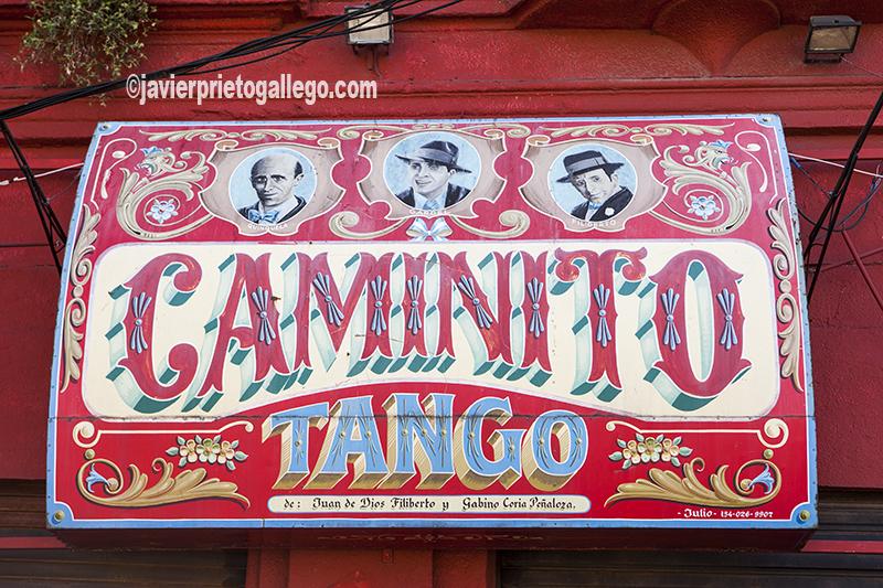 Cartel en la fachada de un local de tango en la calle Caminito del barrio de La Boca, en Buenos Aires. Argentina © Javier Prieto Gallego