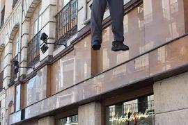 Uno de los actores participantes en el 7º Festival Internacional de Teatro y Artes de Calle realiza su actuación a varios metros del suelo apoyado en la fachada de un céntrico edificio. Junio de 2006. Valladolid. Castilla y León. España. © Javier Prieto Gallego.