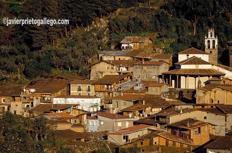 Robledillo de Gata al atardecer. Esta hermosa localidad de la Sierra de Gata destaca, sobre todo, por el buen estado de su arquitectura tradicional. [Cáceres. España © Javier Prieto Gallego]