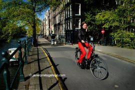 Ciclista en Kloveniersburgwal. Amsterdam. Holanda, 2005. © Javier Prieto Gallego