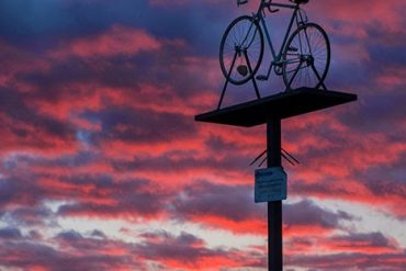 Monumento levantado en recuerdo a la caída que sufrió el corredor Lance Armstrong a cuatro kilómetros de Antigüedad. Cerrato Castellano. Palencia. Castilla y León. España © Javier Prieto Gallego