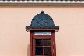 Cabina de teléfono junto a la iglesia del Seminario de Kaunas, en Lituania [Lituania, 2006 © Javier Prieto Gallego].