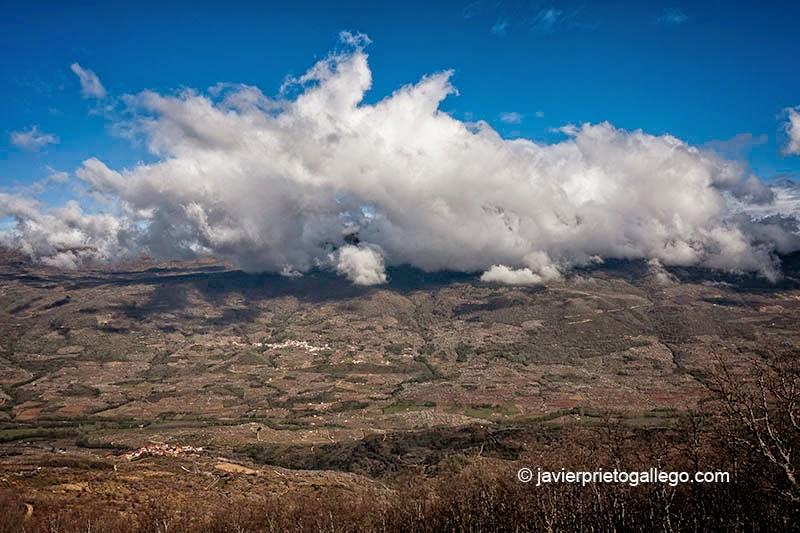 Nubes sobre la localidad de Rebollar. Abajo Valdastillas. Valle del Jerte. Extremadura. España, 2007 © Javier Prieto Gallego.