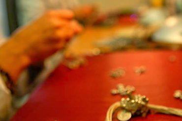 Por encargo de El País, realicé en el año 2007 una visita al taller de la diseñadora Mila González en Valladolid. Esta es una de las imágenes del proceso de elaboración de una de sus piezas. [Valladolid. Castilla y León. España, 2007 © Javier Prieto Gallego]