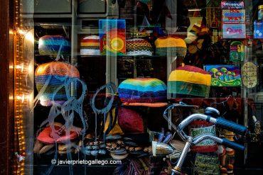 Escaparate de una tienda de productos relacionados con la marihuana. [Foto: Ámsterdam. Holanda, 2005 © Javier Prieto Gallego].