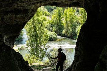 Túnel natural de acceso a la parte superior del cañón de La Horadada, con el río Pisuerga al fondo. Monumento Natural de Las Tuerces. Palencia. Castilla y León. España. © Javier Prieto Gallego