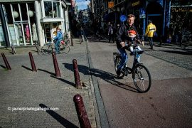 Ciclista en Nieuwe Hoogstraat. [Amsterdam. Holanda, 2005 © Javier Prieto Gallego].