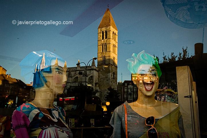 """Iglesia de La Antigua reflejada en el escaparate de la tienda de moda juvenil """"Cascanueces"""". Valladolid. Castilla y León. España, 2005 © Javier Prieto Gallego;"""