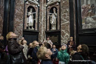 Un grupo escolar observa las pinturas del techo de la capilla de San Casimiro. Estatuas en madera plateada de los duques lituanos y los reyes polacos. Basílica Catedral. Vilna (Vilnius). Lituania. © Javier Prieto Gallego;