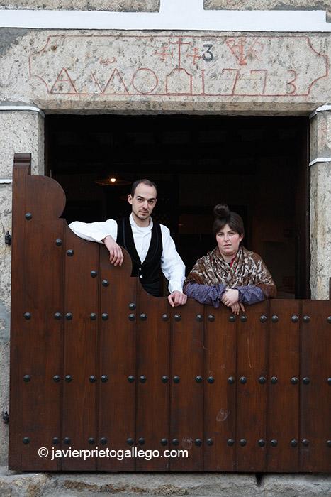 Actores que realizan las visitas teatralizadas en la Casa Chacinera. Candelario. Salamanca. Castilla y León. España.© Javier Prieto Gallego