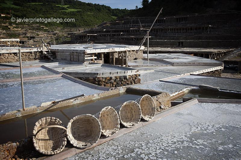 Cestos de castaño en los que se va recogiendo la sal de las eras. Salinas de Añana. Álava. País Vasco. España. © Javier Prieto Gallego