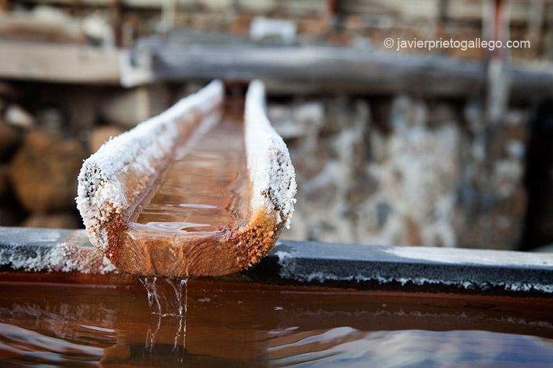 El agua circula por canales de madera para evitar que la sal destruye las conducciones. Salinas de Añana. Álava. País Vasco. España. © Javier Prieto Gallego