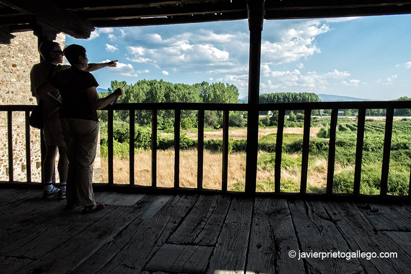 Corredor de madera con vistas a las huertas y un viejo palomar del monasterio de Santa María de Carracedo. El Bierzo. León. Castilla y León. España. © Javier Prieto Gallego