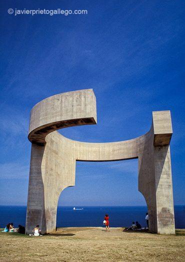 Elogio del Horizonte. Obra de Eduardo Chillida instalada en 1990 en el cerro de Santa Catalina de Gijón. Tiene una altura de 10 metros y un peso de 500 toneladas. Gijón, Asturias, España, agosto de 1999 © Javier Prieto Gallego