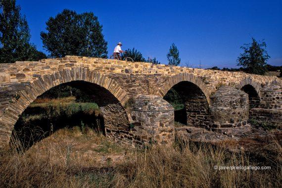 El puente de Valimbre es una aislada construcción romana próxima a Astorga que pertenece a la infraestructura de la Vía de la Plata. León. capital. Castilla y León. España. © Javier Prieto Gallego