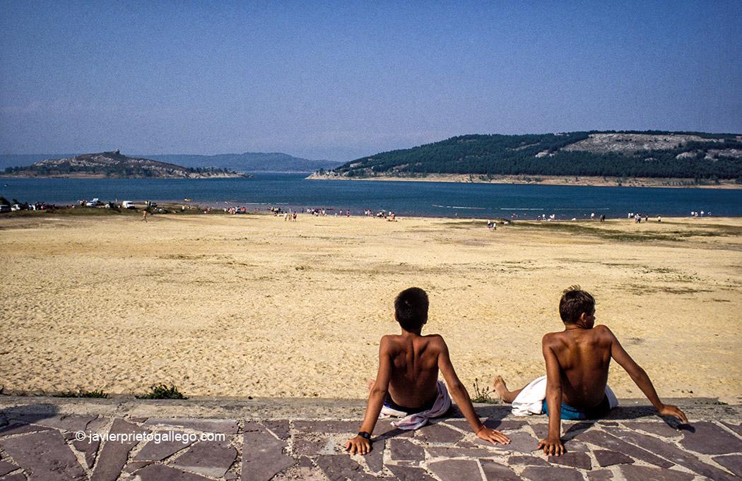 Playa del embalse de Aguilar de Campoo. Río Pisuerga. Palencia. Castilla y León. España. © Javier Prieto Gallego