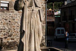 Estatua de Santiago Peregrino en la calle Real de Molinaseca. Camino de Santiago. Molinaseca. León. Castilla y León. España. © Javier Prieto Gallego