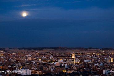 Vista nocturna de Valladolid con la torre de la catedral saliendo entre los tejados. Valladolid. Castilla y León. España © Javier Prieto Gallego
