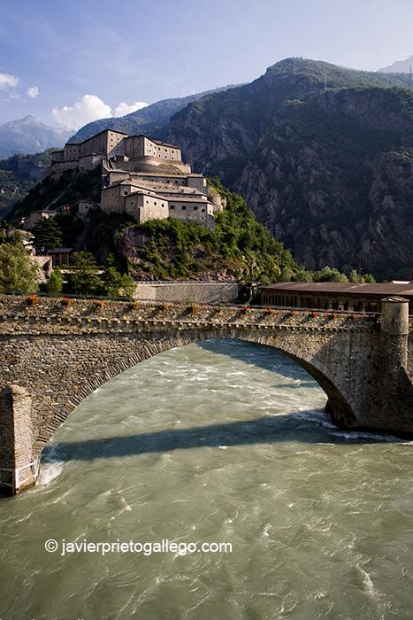 Castillo de Bard y puente sobre el río Dora Baltea. El castillo es una de las construcciones mlitares más imponentes del Valle de Aosta. Alpes Italianos. Italia. © Javier Prieto Gallego