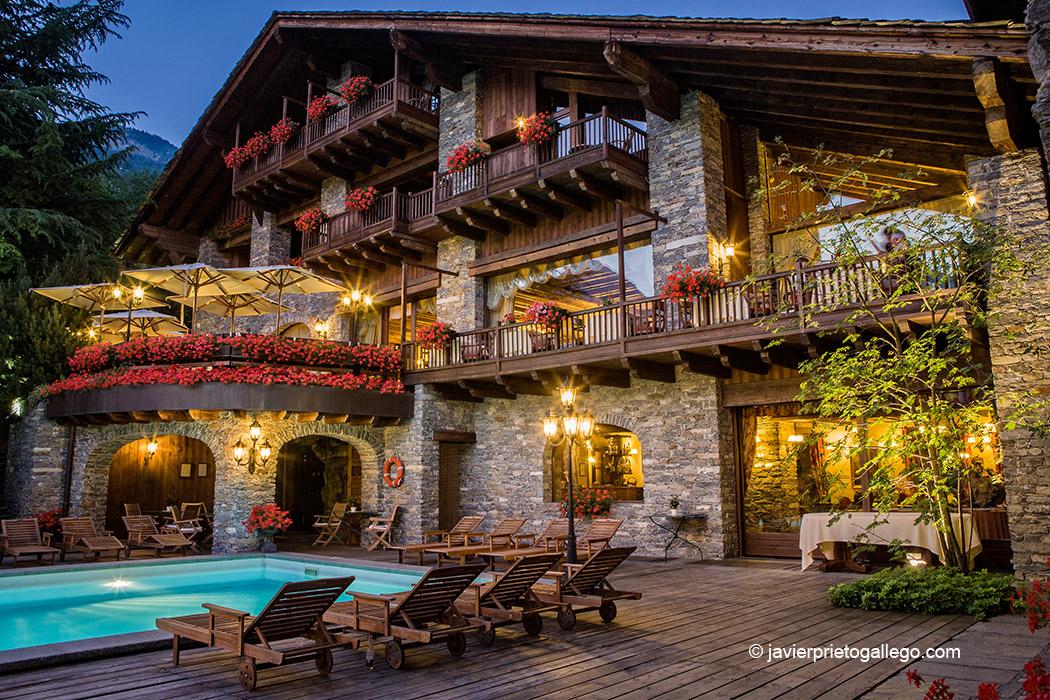 Piscina del Mont Blanc Hotel Village con vistas al Mont Blanc. Cinco estrellas. Localidad de La Salle. Valle de Aosta. Alpes Italianos. Italia. © Javier Prieto Gallego