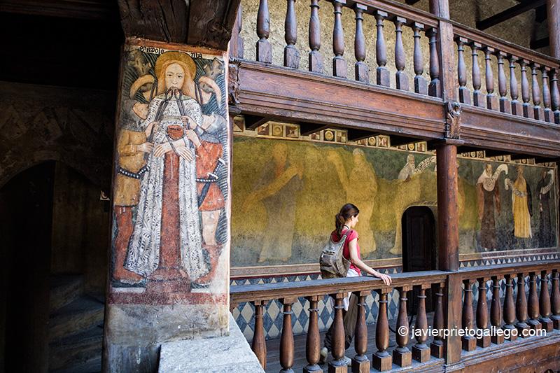 Frescos que decoran la galería que se asoma al patio interior del castillo medieval de Fénis. Valle de Aosta. Alpes Italianos. Italia. © Javier Prieto Gallego