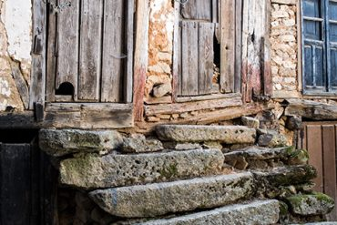 Maltrecha arquitectura tradicional en el corro de casas conocido como El Infiernillo,en la localidad salmantina de Sequeros, en el corazón de la Sierra de Francia. [Sequeros. Salamanca. España © Javier Prieto Gallego