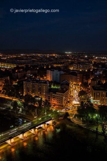 El Puente Mayor, sobre el río Pisuerga, y Valladolid fotografiados al anochecer desde lo alto del edificio Duque de Lerma. Valladolid. Castilla y León. España, 2005 © Javier Prieto Gallego