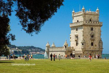 La torre de Belém se levantó a comienzos del XVI para controlar el paso por la entrada del estuario lisboeta. Era el lugar en el que embarcaban los descubridores portugueses en busca de nuevos horizontes. Belém. Lisboa. Portugal, 2005 © Javier Prieto Gallego;
