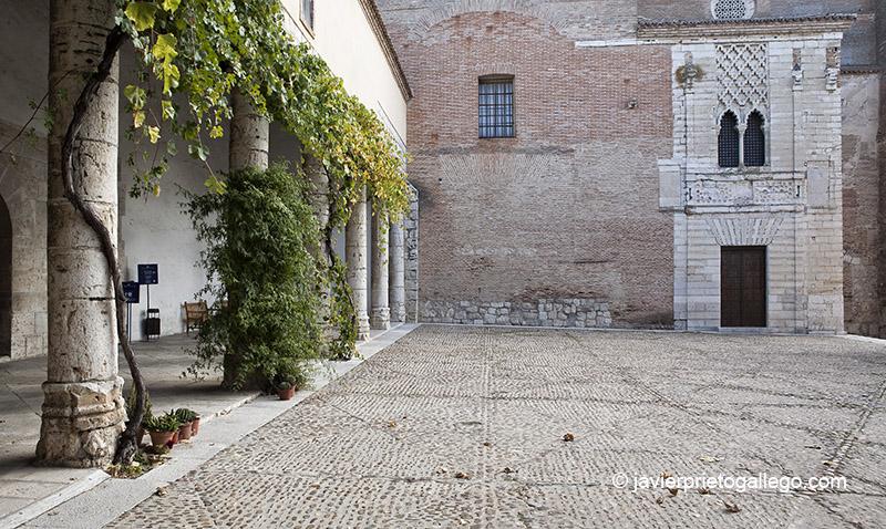 Patio de entrada al Monasterio de Santa Clara de Tordesillas, con los restos del palacio real. Tordesillas. Valladolid. Castilla y León. España. © Javier Prieto Gallego