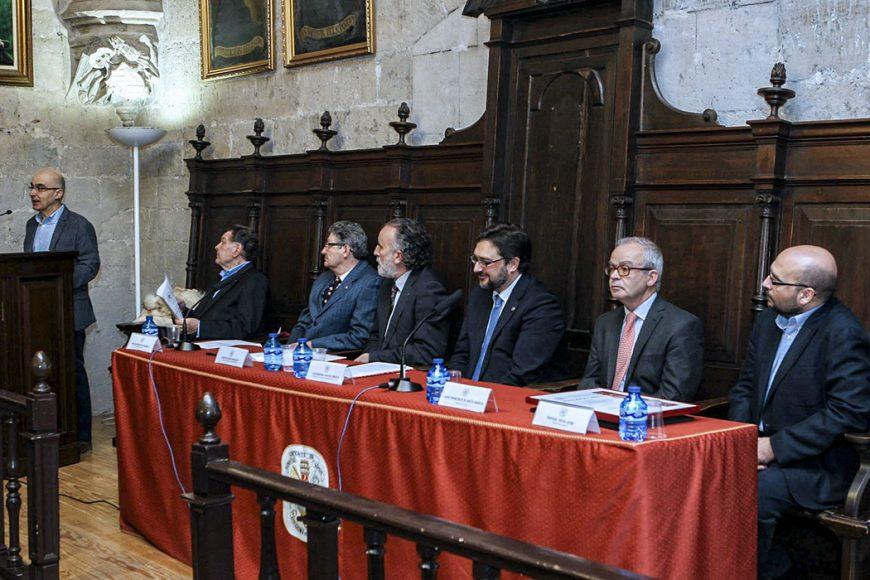 Javier Prieto Gallego recoge el Premio Vaccea 2014 de comunicación en la entrega los Premios Vaccea 2014. Aula Triste de la Universidad de Valladolid.