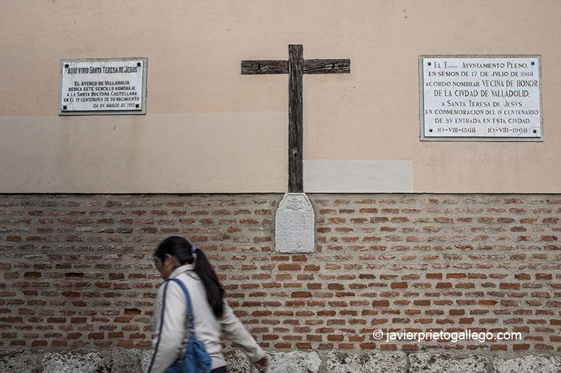 Cruz en la fachada del convento de Santa Teresa con una placa donde se señala el alcance de una riada del Pisuerga. Valladolid. Castilla y León. España © Javier Prieto Gallego