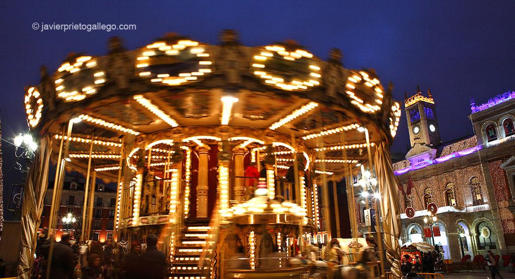 Carrusel infantil y decoración navideña en la plaza de Mayor de Valladolid. Valladolid. Castilla y León. España. 2008 © Javier Prieto Gallego