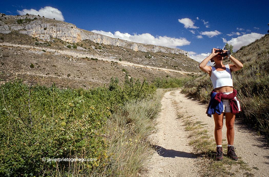 Una senderista en la Hoces del Riaza muy cerca de Montejo de la Vega de la Serrezuela. Segovia. Castilla y León. España. © Javier Prieto Gallego