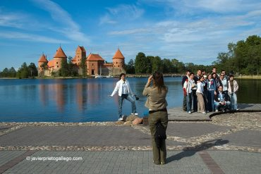 Grupos de turistas se hance fotografías ante la fortaleza de Trakai donde nació el gran duque Vytautas, el soberano más importante de la historia de Lituania. El castillo está construido en una isla del lago Galvé y es uno de los monumentos más importantes de Lituania. Parque Histórico Nacional a 28 km al oeste de Vilna. Vilna (Vilnius). Lituania. © Javier Prieto Gallego