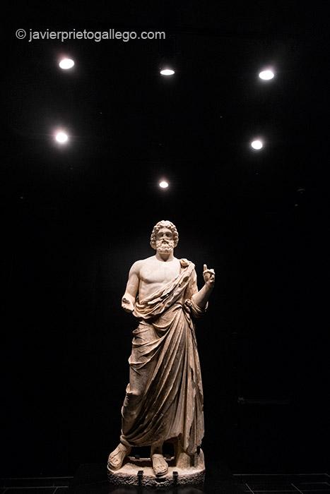 Estatua de Asclepio, en el interior del museo de las ruinas de Ampurias. Ciudad griega y romana situada en la comarca gerundense del Alto Ampurdán.Costa Brava. Gerona. España © Javier Prieto Gallego;