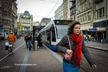Tranvía en Koningsplein, junto al Mercado de las Flores. Ámsterdam. Holanda, 2005 © Javier Prieto Gallego;