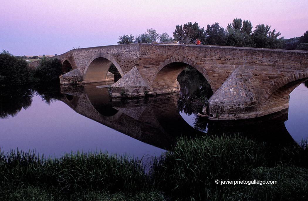 Puente de La Vizana. Puente romano en la Vía de la Plata sobre el río Órbigo. Alija del Infantado. León. Castilla y León. España.© Javier Prieto Gallego