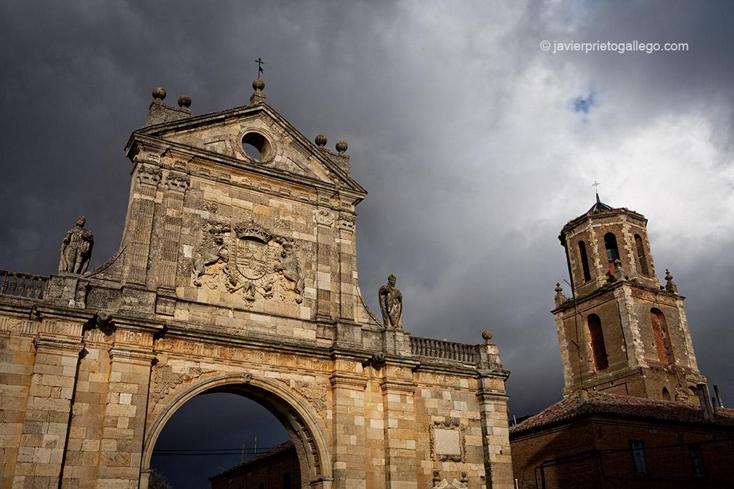 Portada barroca de la iglesia del monasterio de San Benito el Real. Año 1662. Y torre del Reloj. Sahagún. León. Castilla y León. España. © Javier Prieto Gallego