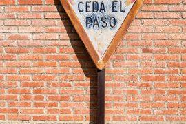 Señal de Ceda el Paso contra una pared. Villafranca de Duero. Valladolid. Castilla y León. España, 2015 © Javier Prieto Gallego;