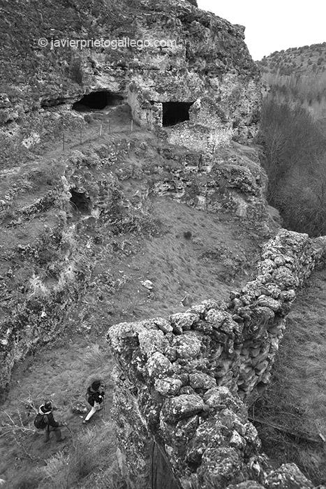El camino pasa entre unos apriscos construidos en las paredes del Cañón del río San Juan. Cerca de las Hoces del Duratón. Segovia. Castilla y León. España.  2007 © Javier Prieto Gallego