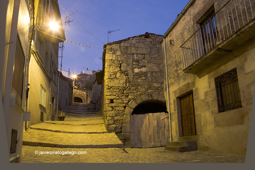 Calle típica de La Nogal con las entradas a las bodegas con arcos de medio punto. Fermoselle. Comarca de Sayago. Arribes zamoranos. Zamora. España. © Javier Prieto Gallego