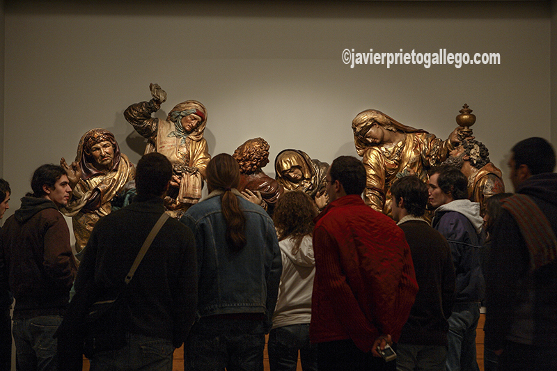 Unos visitantes contemplan una obra de Juan de Juni en una de las salas del Museo Nacional de Escultura que durante su reforma estuvieron instaladas en el Palacio de Villena. Valladolid. Castilla y León. España. ©Javier Prieto Gallego